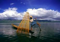 Inle_lake_leg_rower_myanmar_burma